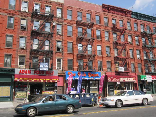 Prédios residenciais no Bronx, sempre com comércio no térreo